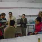 Olvania e colegas de curso na sala de análise quimica